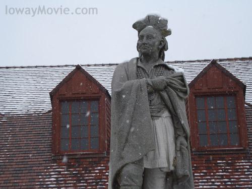Black_hawk_statue_snow