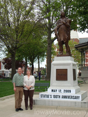 Kelly and Tammy Rundle with the Mahaska statue in Oskaloosa.