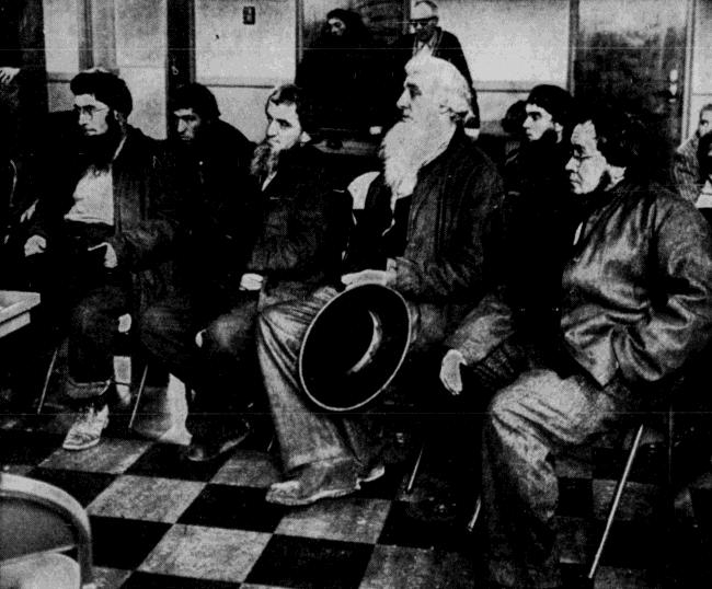 Dubuque-telegraph-herald-nov-25-1962-p-8 CU Amish men seated at court
