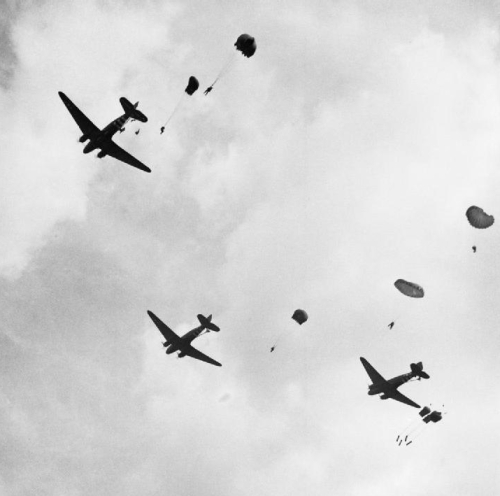 C-47_Dakotas_and_paratroops